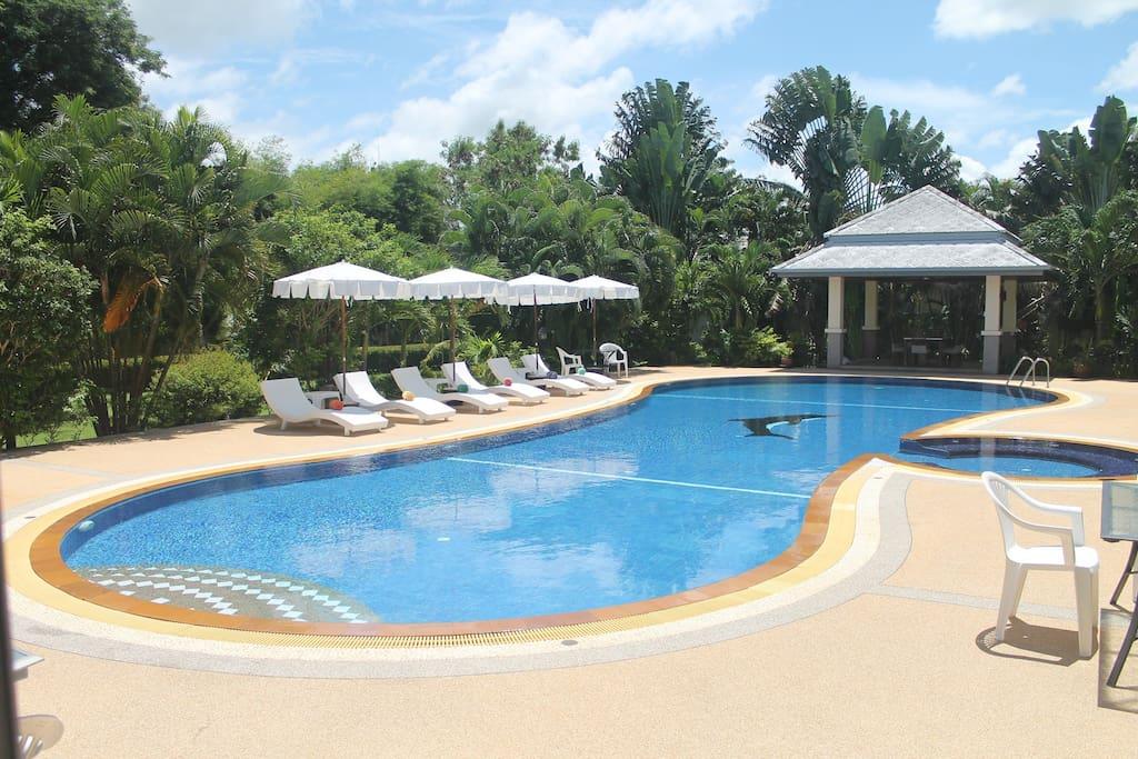 Luxueuse villa avec piscine jacuzzi villas louer for Piscine a debordement thailande