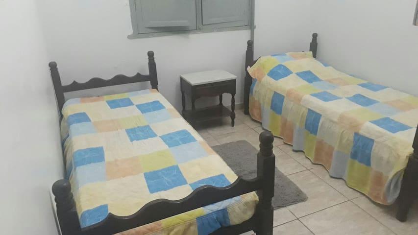 Quarto com duas camas no centro de Itabirito MG.