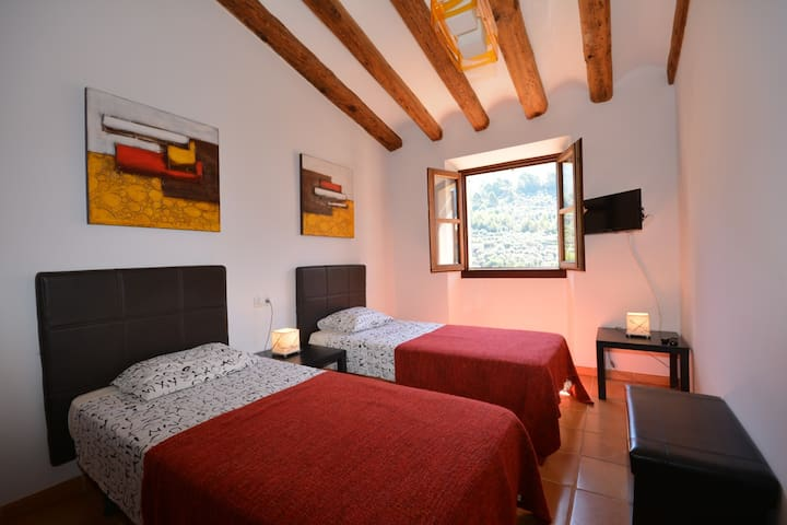Bedroom with 2 single beds and airconditioning/heating.