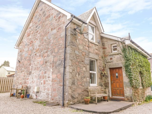 THE KNOWE LOWER, pet friendly, with a garden in Taynuilt, Ref 927115