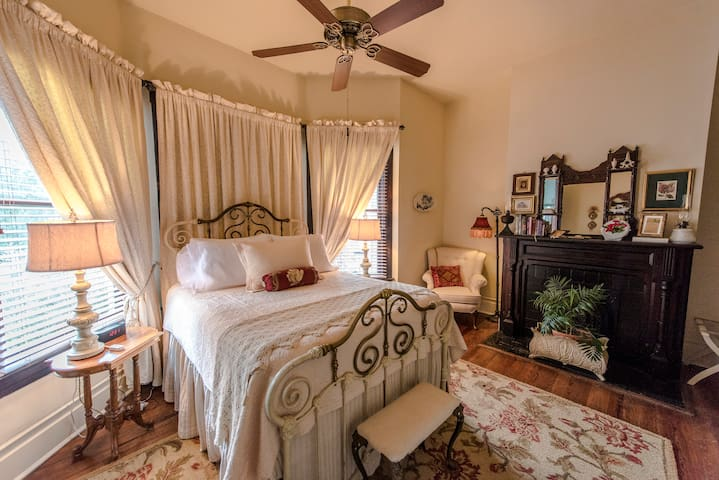 Romantic, Elegant, Unique, Isabel's Room