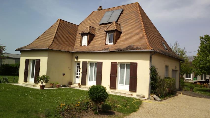 Chambre privée (3 lits) maison calme avec jardin