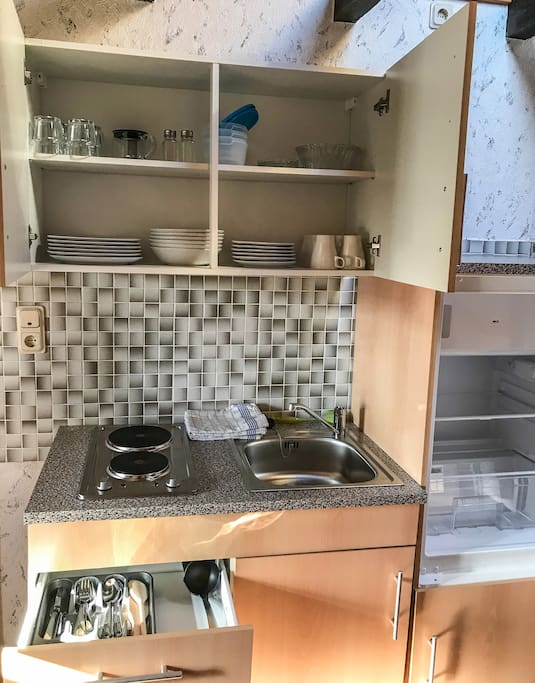 Die Küche mit kompletten Geschirr