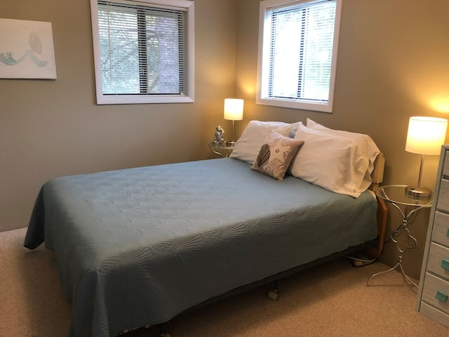 North bedroom Queen, all linens provided.