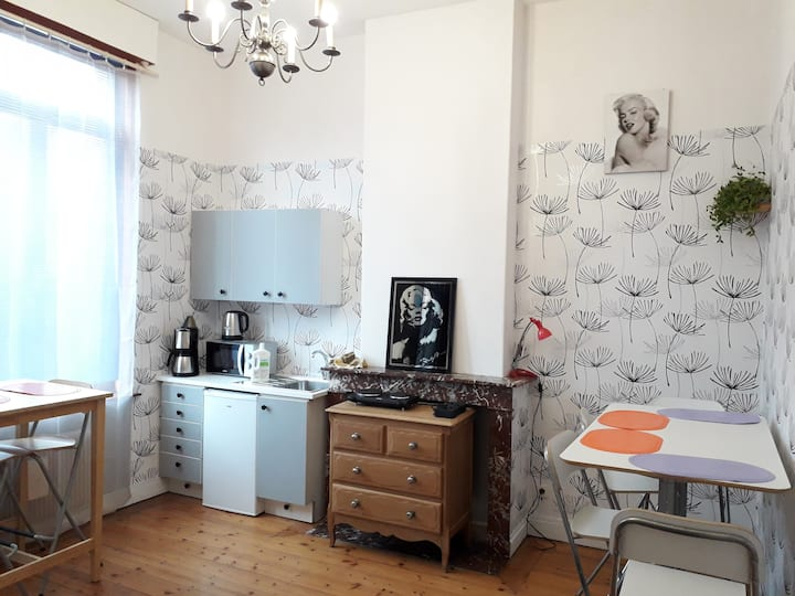 Roubaix Appart kitchenette à l'étage beaux volumes