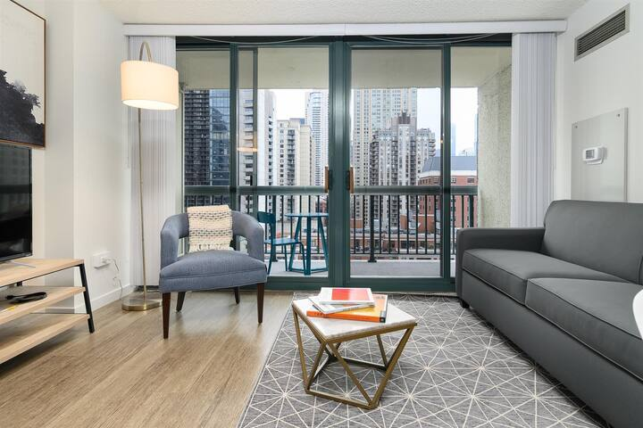 Kasa | Chicago | Luxurious 1BD/1BA River North Apartment