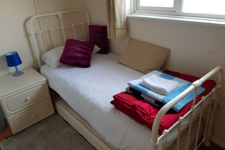 Lovely Spacious room in Dursley, Cotswolds.