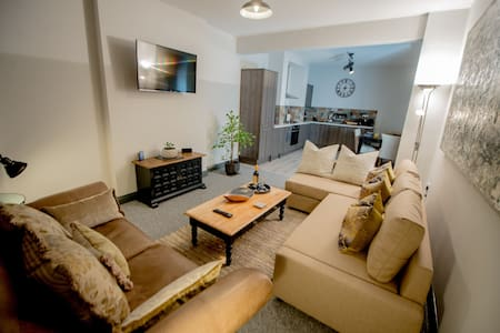 Barnston House Large Private Home Sleeps 7 with parking in village location