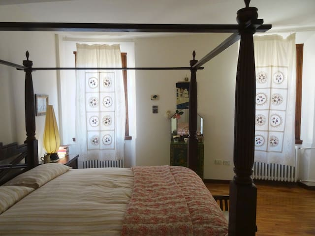 Charming Master Bed with En-Suite Bathroom - Mantova