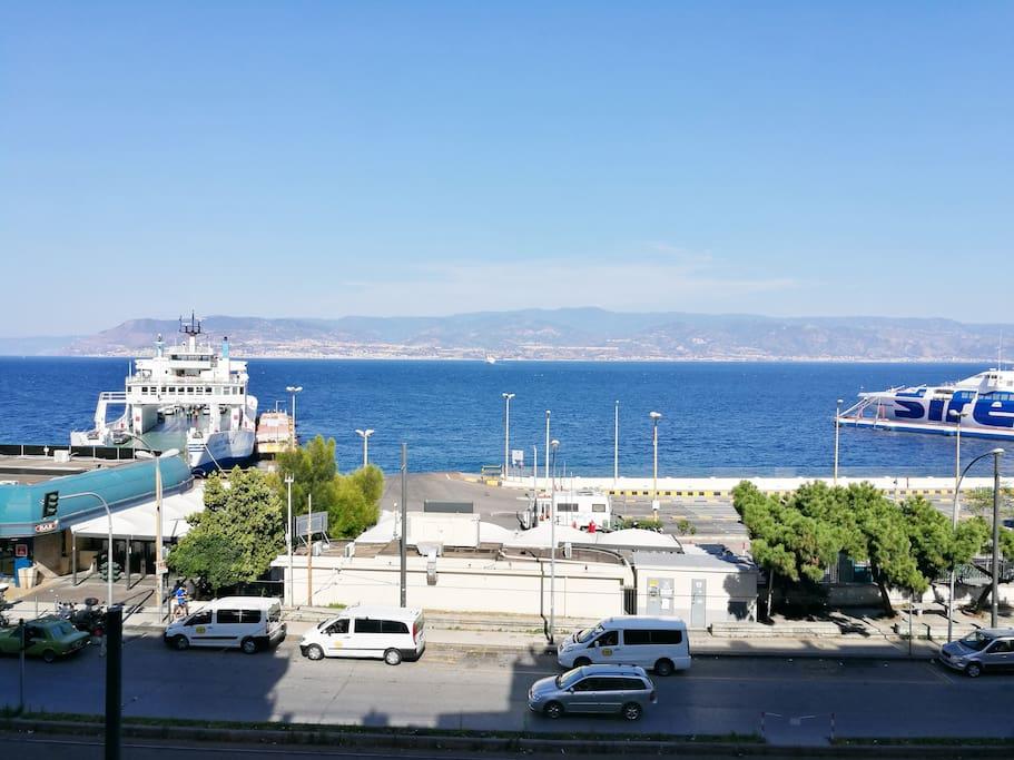 Siamo di fronte al porto delle navi Caronte & Tourist, facilmente raggungibili dalla stazione, da ovunque. Taxi di fronte.