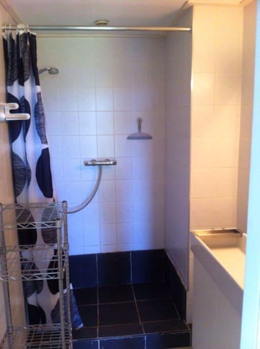 De badkamer met een ruime douche van 1,50 en een grote wastafel