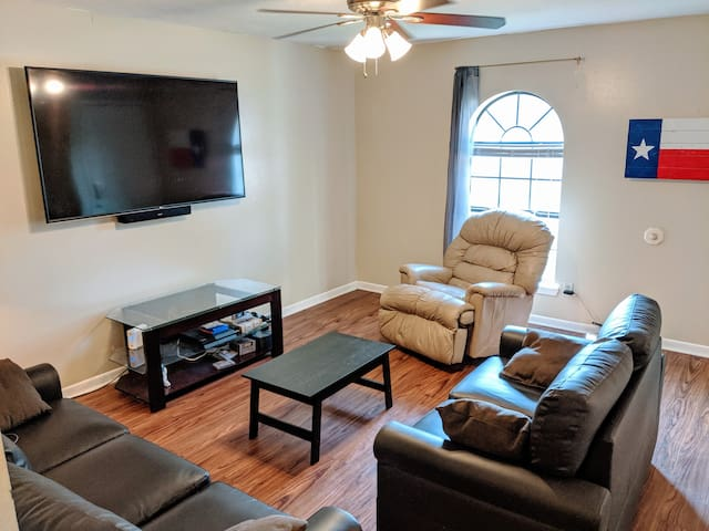 2 Rooms in Duplex on bus route to campus