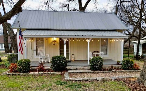 Comanche Cottage in Historic Glen Rose