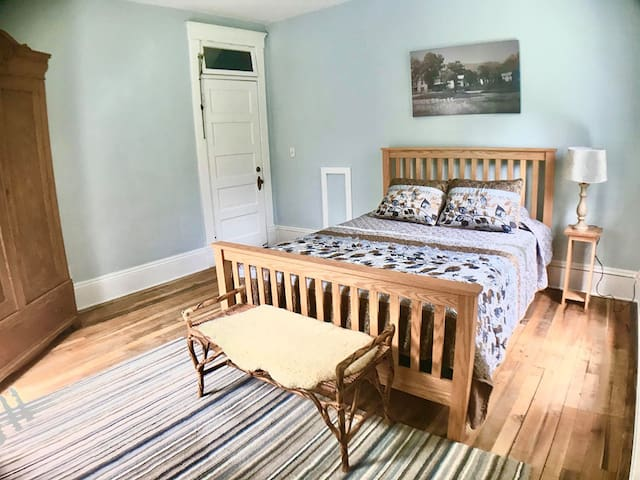 Serene Room w/ Queen Bed + River View in LRC B&B