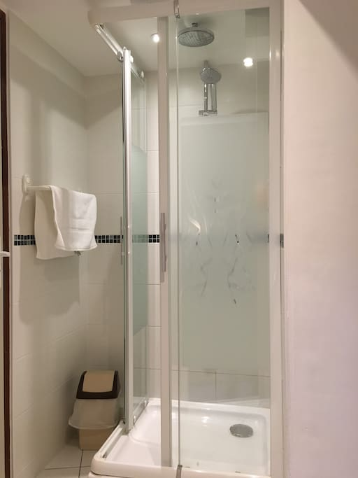 Douche partagée - Située dans le couloir