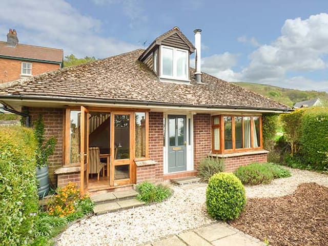 WESTDALE, family friendly, with open fire in West Malvern, Ref 918839