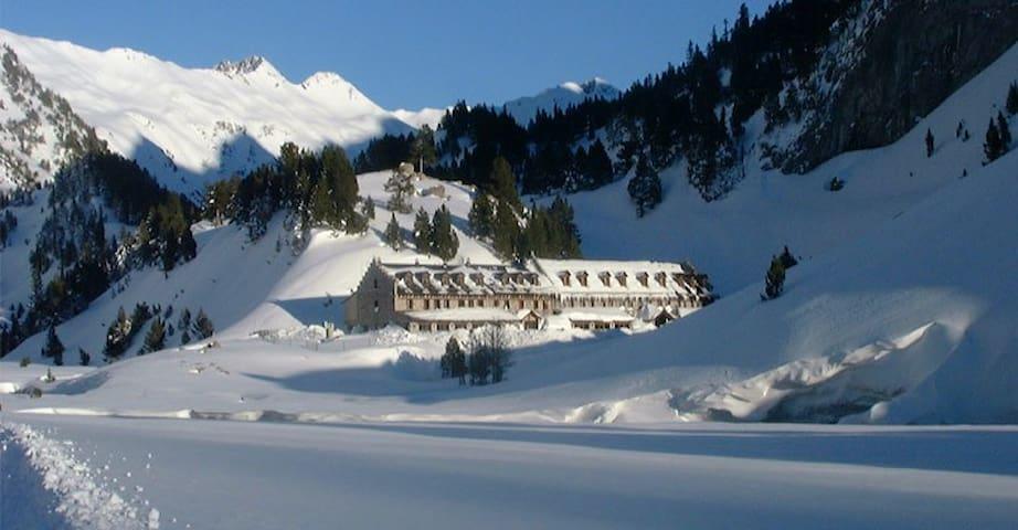 El Invierno en el Pirineo. La estación favorita de los amantes de la nieve. Disfruta del esquí de fondo, Alpino y todos los deportes de invierno!