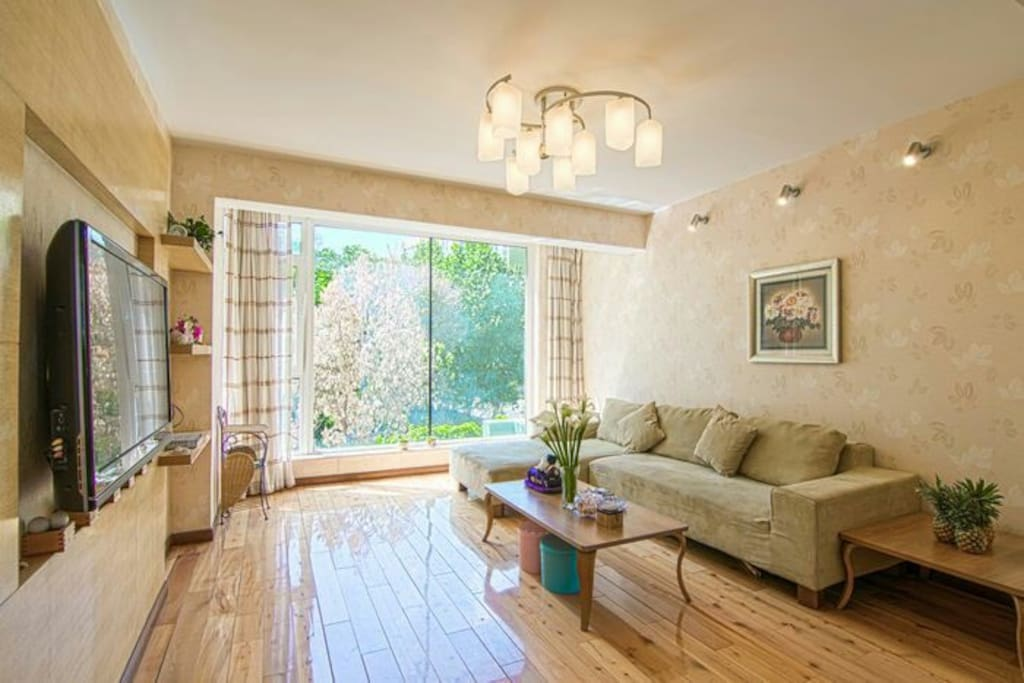 .通风釆光,阳光充足,宽敞明亮.带落地窗的客厅