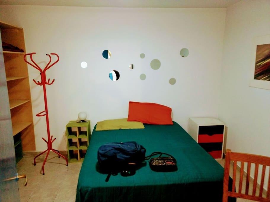 Dormitorio con equipamiento completo