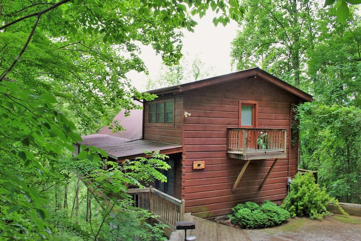 Private authentic lodge with the perfect location!