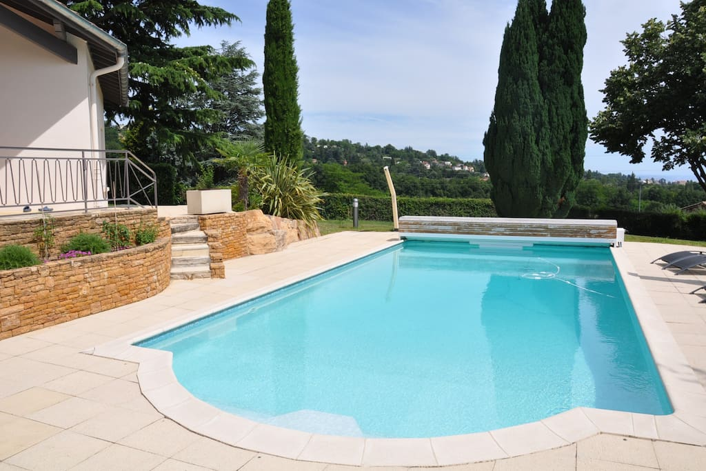 Lovely home with swimming pool villas louer limonest for Piscine limonest