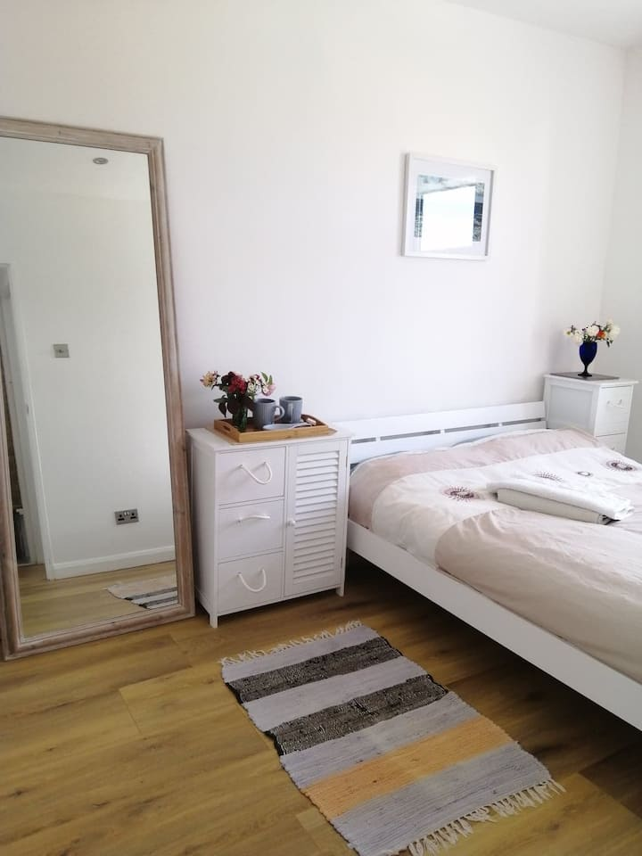 Sunny renovated double room nr beautiful beach