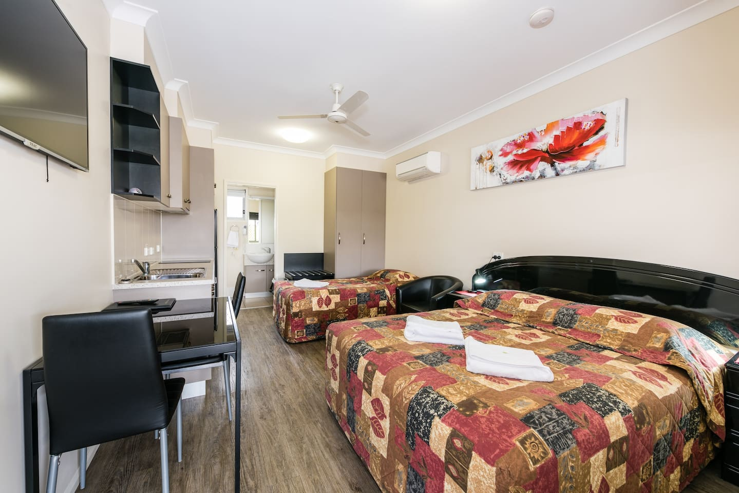 Twin Unit - Queen and King Single Beds