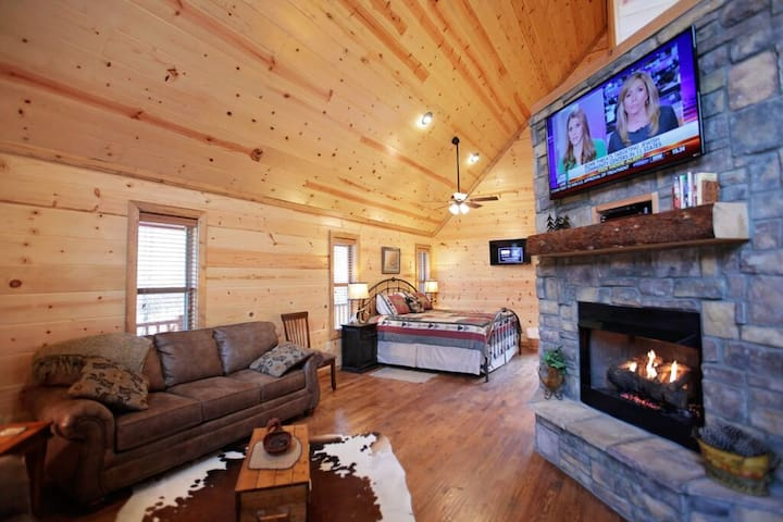 Oh, Dear is a luxurious honeymoon suite style cabin located in the Kaniatobe Trails area. Couple style – One bedroom – Sleeps 4 – Kaniatobe Trails SW – Pets allowed, fee required.