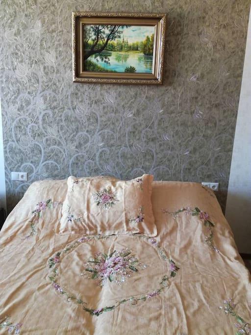 Двуспальная кровать с ортопедическим матрасом
