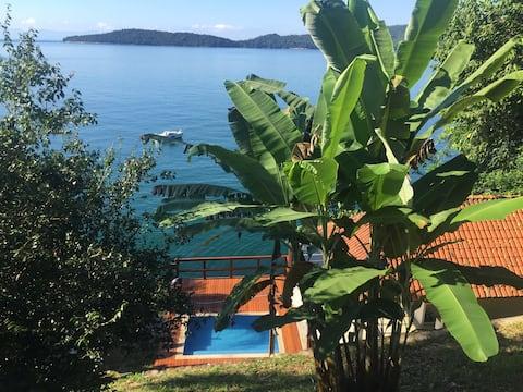 Beautiful Ocean Front House @Praia Vermelha, Angra