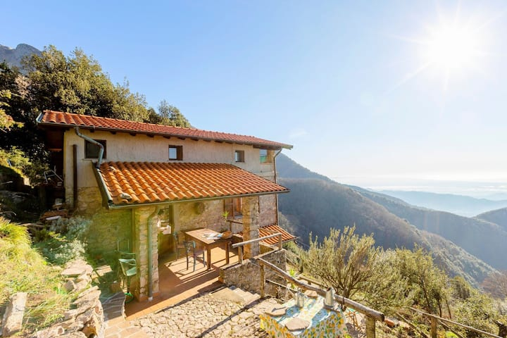 Maison de vacances avec jardin privé, vue colline à Camaiore
