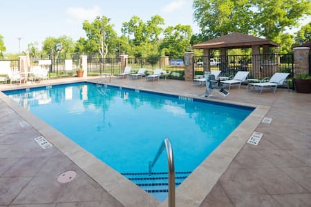 Great Location! Outdoor Pool. Free Breakfast. Gym.