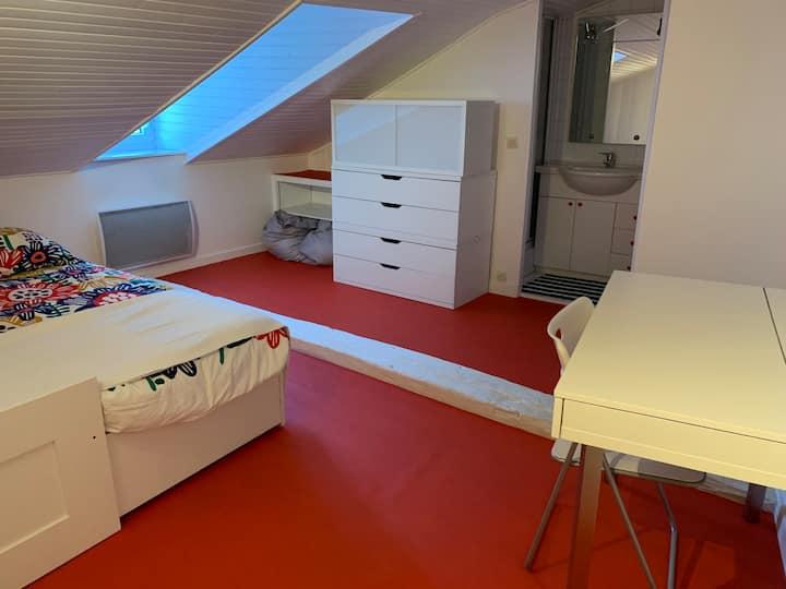 Chambre rouge + douche privés  cuisine séparés