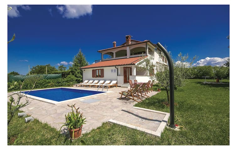 Holiday cottage with 4 bedrooms on 150 m² in Vranici