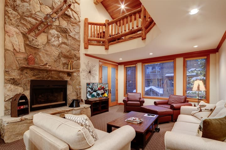 Ski-In/Ski-Out 2-Bedroom Plus Loft With Private Hot Tub