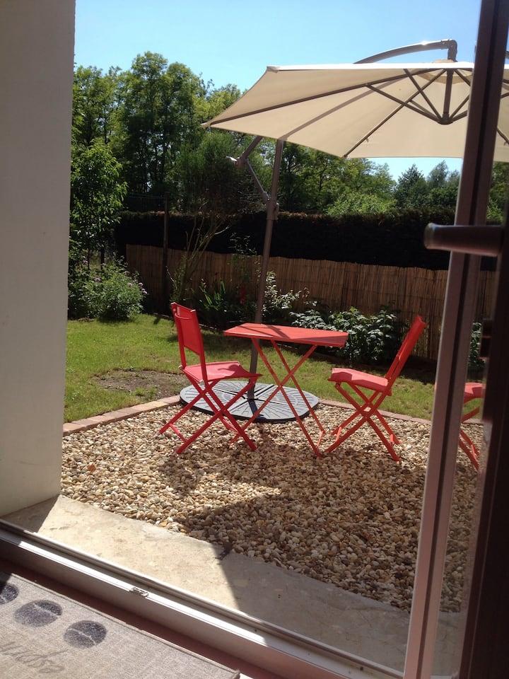 Studio avec jardin dans village bourguignon.