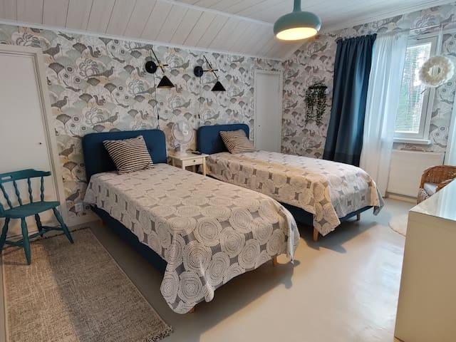 Makuuhuone 2, jossa laadukkaat sängyt ja ihanasti tilaa ja valoa. Makuuhuoneesta pääsy parvekkeelle.