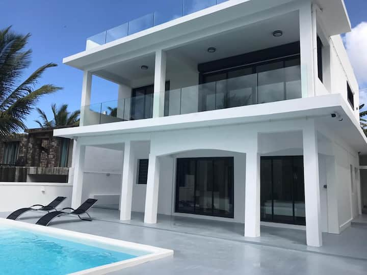 Villa moderne face a la mer