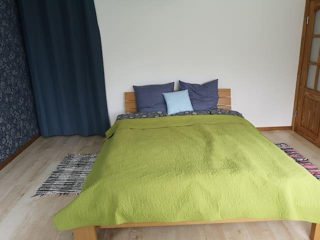 1.Спальня. Спальня с большой 2х спальной кроватью. Большие и широкие окна с красивым видом на 2 этаже.