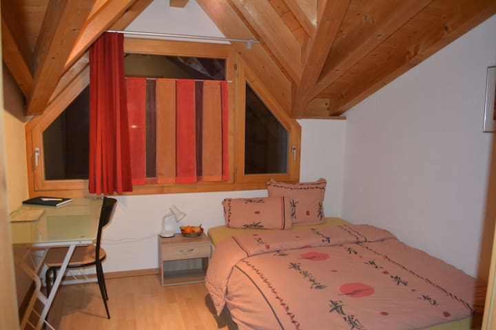 Nice cozy room,in typical swisstyle - Matten bei Interlaken - Haus
