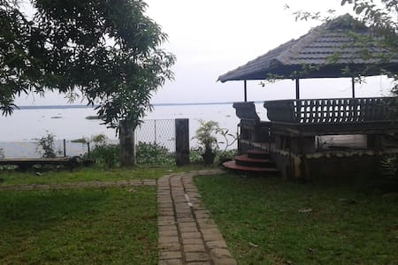 Sunny greenery lake view - Ház