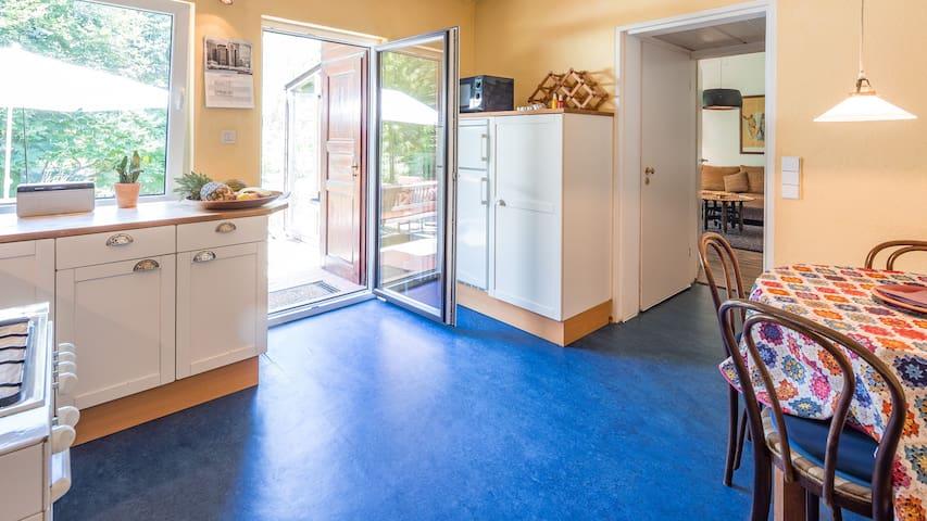 Küche, Kühlschrank mit Gefrierfach, Mikrowelle