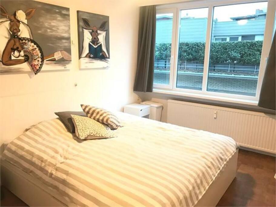 Slaapkamer met dubbel bed.