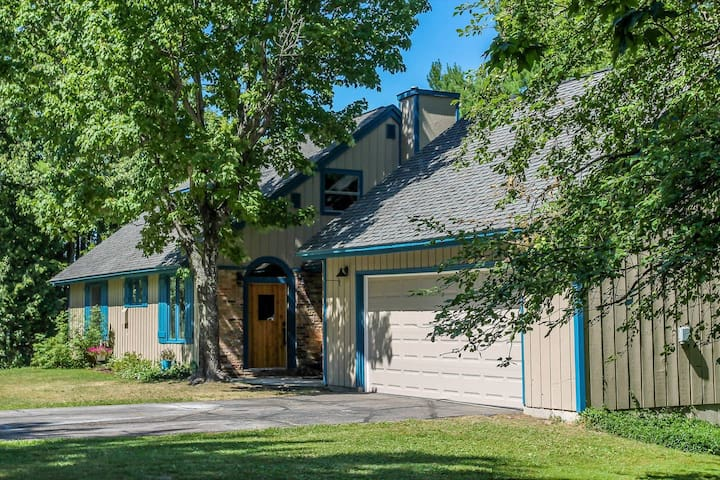 The Point & Cottage with Lake Superior Dock and unforgettable views of Grand Island
