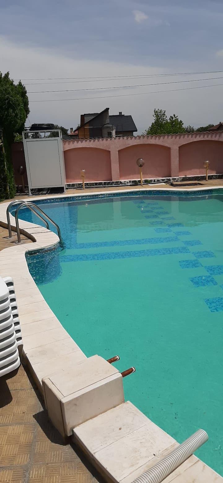 Guest house avec piscine au pied des montagnes
