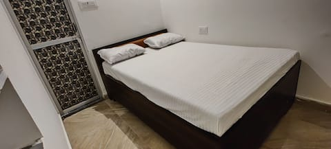 varah square homestay single budget room