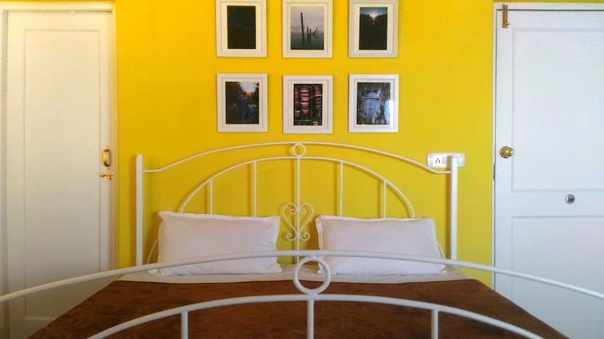 The Sunflower Room at Windsong Lodge