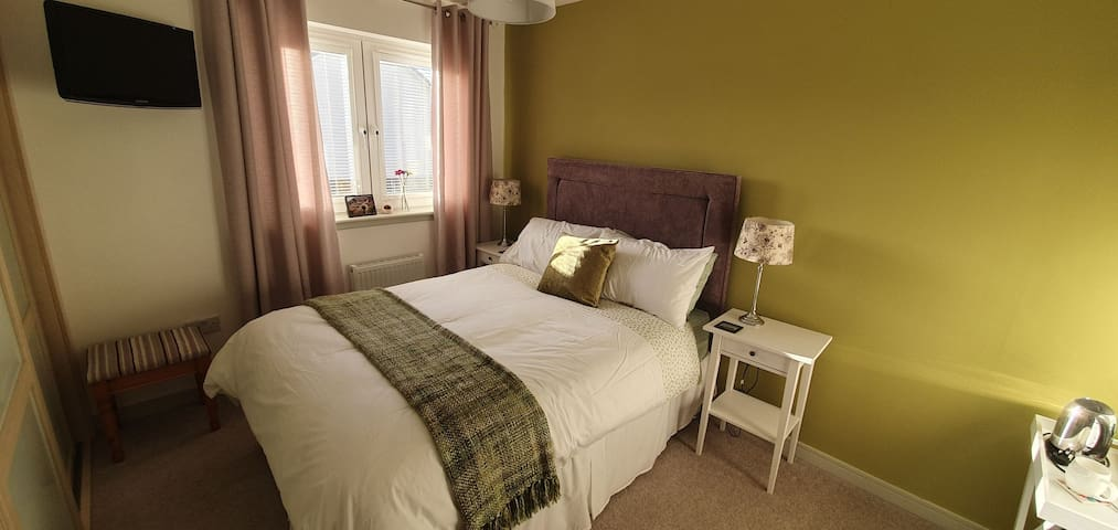 Modern Double Room with ensuite, and free parking.