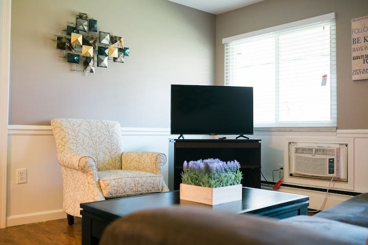 #59 Beautifully Designed 1BR Suite Near Downtown