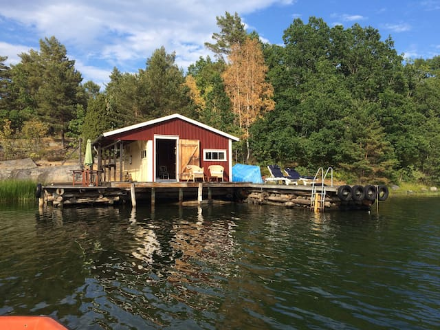 Archipelago house with own boathouse and jetty